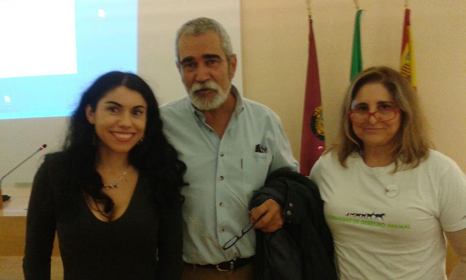 Virginia y Anabel con el Presidente del colegio de veterinarios de Cádiz